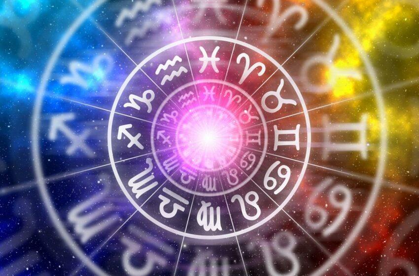Horoscop 15 august 2021.  O zodie trebuie să facă o schimbare importantă. Leii vor străluci astăzi!