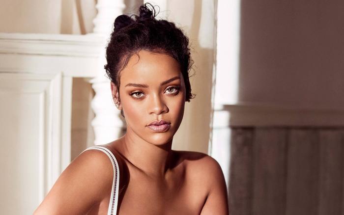 (FOTO) Rihanna îmbrăcată extravagant, de 10.000 de dolari.Vezi cum arată aceasta