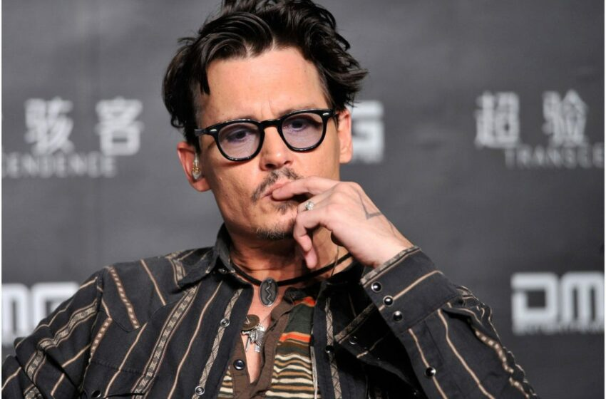 (FOTO) Johnny Depp aprinde o țigară în timpul unei conferințe de presă la un Festivalul de Film