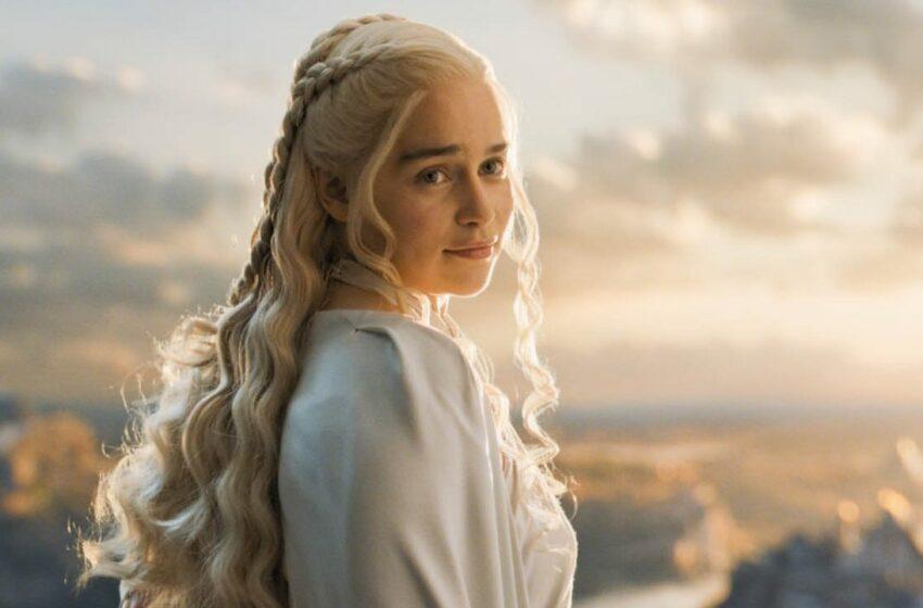 """Emilia Clarke, actrița din """"Game of Thrones"""", a vorbit despre operațiile estetice: """"Sunt niște standarde ridicole de frumusețe, impuse de societate"""""""