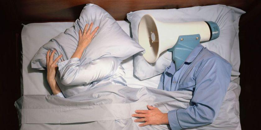 De ce multe cupluri fericite preferă să doarmă separat? Avantajele somnului în paturi sau camere diferite