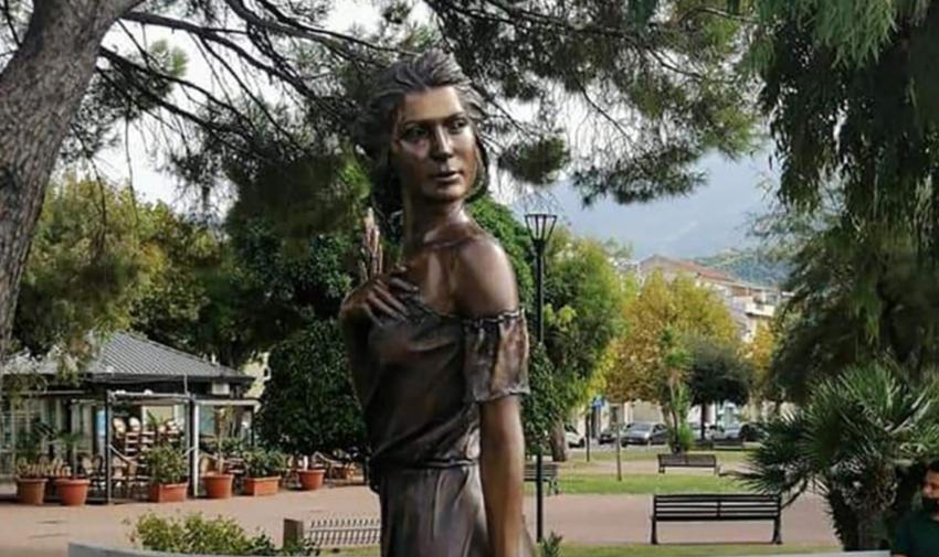 Statuia unei femei aproape dezbrăcate stârnește furie în Italia. Ce reprezintă sculptura