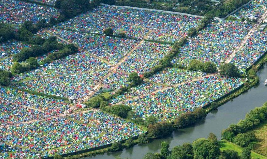 Mii de corturi, lăsate în urmă pe un câmp după un festival, de muzică din Anglia. Ce spun ecologiștii