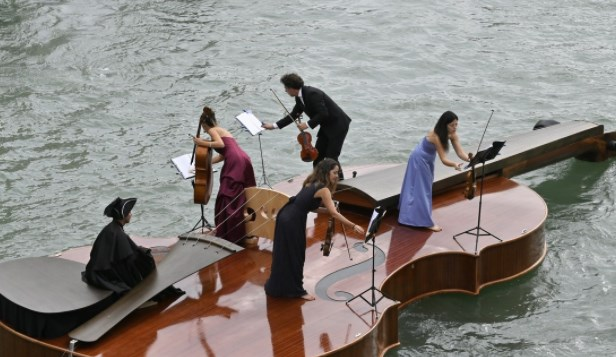 Imagini inedite în Veneția. Omagiu adus victimelor Covid pe o barcă gigantică în formă de vioară
