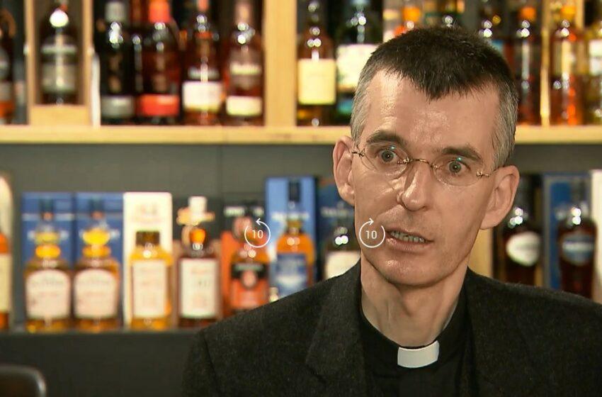 """Un preot catolic din Germania își atrage enoriașii cu o degustare de whisky: """"O cale diferită, dar plăcută"""""""