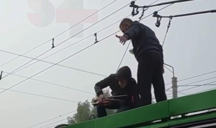 (VIDEO) Troleibuz cu violonist pe acoperiș. Gestul unui tânăr, care nu a fost apreciat de călători