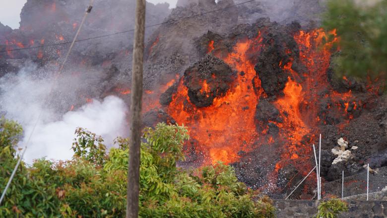 (VIDEO) Vulcanul din La Palma a emis peste 20.000 de tone de dioxid de sulf. Râul de lavă avansează cu 300 de metri pe oră spre ocean