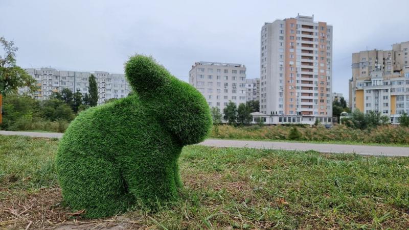 ( VIDEO) Iepuri și urși din iarba artificială dau viață unui parc din capitală