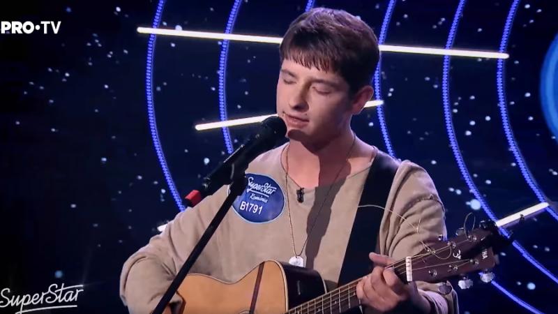 """(video) Emoționați până la lacrimi: Un tânăr din Moldova a """"topit"""" jurații de la SuperStar, cântând chiar și cu o coardă ruptă la chitară"""