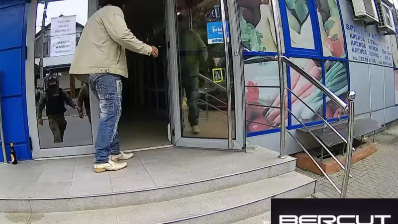 (video) Caz cutremurător în capitală: Un bărbat beat, agresiv și cu cuțitul în mână s-a dat în spectacol chiar la locul de muncă a concubinei sale