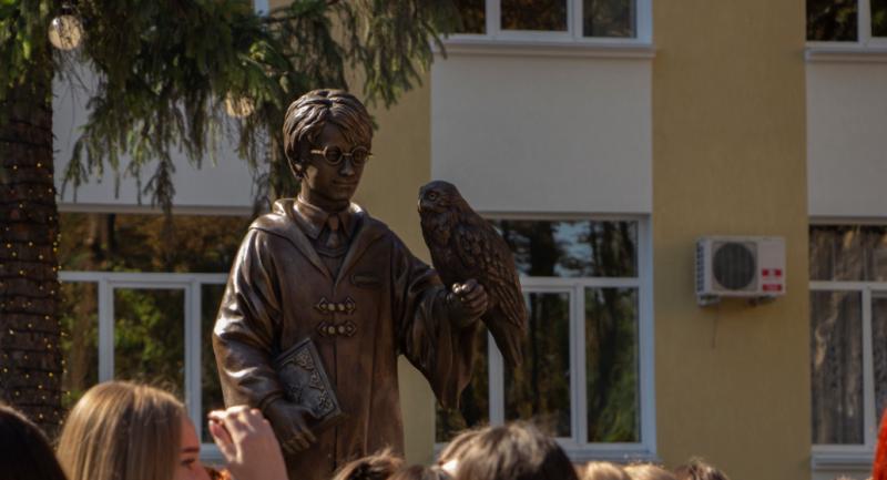 """Harry Potter a ajuns la Tiraspol: Sculptura, instalată în față Universității """"pentru a aduce noroc studenților"""""""