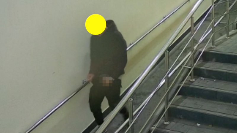 (video) Un tânăr, surprins de camerele de supraveghere, cum se urina din mers, într-o subterană nouă de la Buiucani
