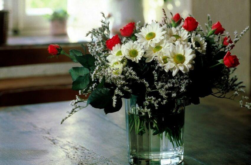 Șapte trucuri, care te vor ajuta să îngrijești florile din vază și să prelungești viața acestora