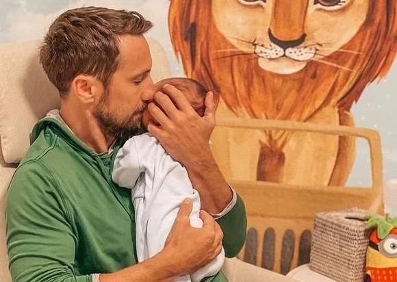 """Ce nume va purta fiul lui Dani Oțil. """"Matinalul"""" nu se mai dezlipește de bebeluș"""