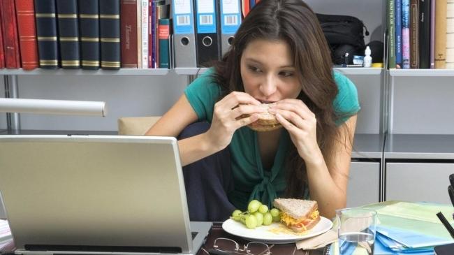4 motive, pentru care nu trebuie să mănânci în fața calculatorului