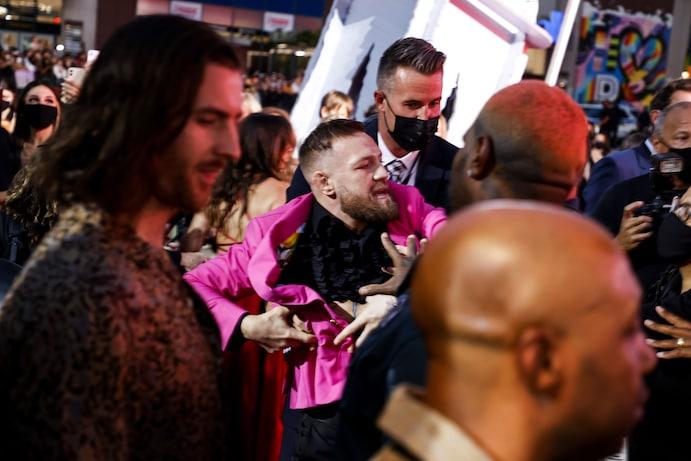 Bătaie pe covorul roșu: Connor McGregor a sărit cu pumni la iubitul lui Meghan Fox
