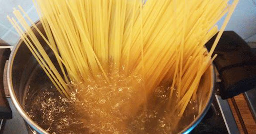 Nu mai arunca apa de la paste. 7 secrete ale bucătarilor pe care nu ți le spune nimeni