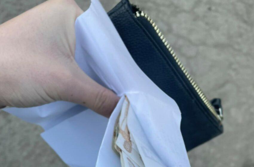 """""""Un profesor ar fi rămas fără cadou"""":  A fost găsit un portofel cu bani și o listă cu nume ale """"donatorilor"""""""